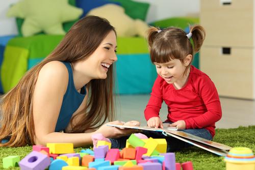 menina e mulher lendo um livro felizes. texto em destaque: Troca de letras na leitura merece atenção!